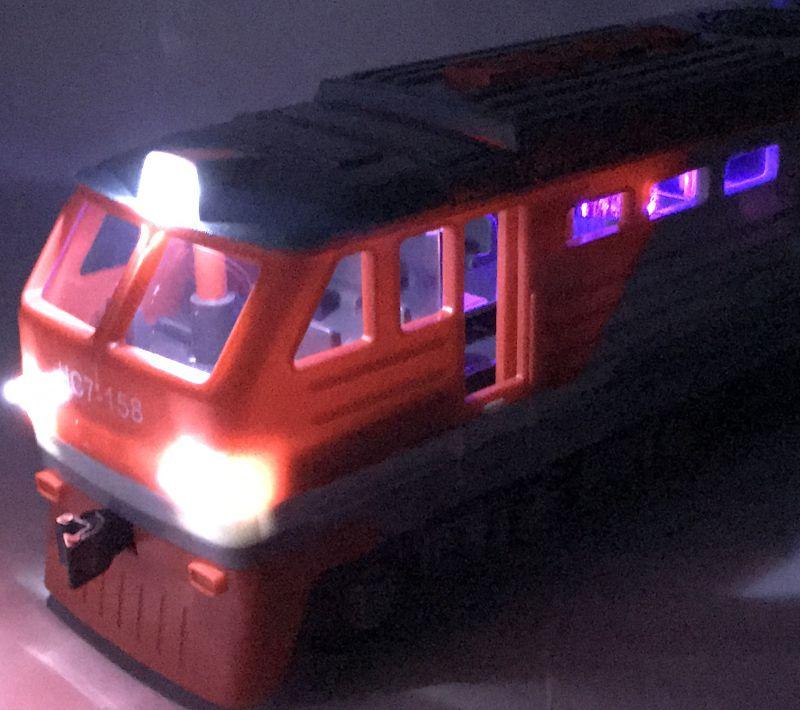 igrushechnyj-poezd-lokomotiv-krasnyj-04.jpg